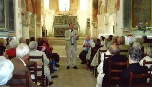 LUR Centre groupe de visite - Maître Rouillac commentant les fresques de l'église de Lavardin (41)