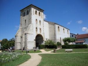 Saint-Pée-sur-Nivelle_Pyr-Atl._Fr_église_ext.-620x465