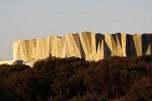 Caverne-du-Pont-dArc-la-falaise-de-la-grotte-recréée-conception-Fabre-Speller-Architectes-Atelier-3A-F.-Neau-Scène-Sycpa-2-©-SYCPA-Sébastien-Gayet