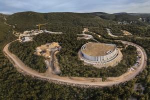 Vue-aérienne-du-chantier-de-La-Caverne-du-Pont-dArc-7-avril-2014-@-Stéphane-COMPOINT-Résolute