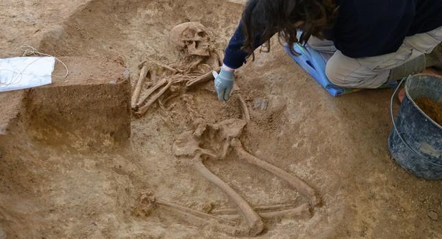 inrap-neolithique-squelette-archeologie-cormeilles-ossement1-645x350