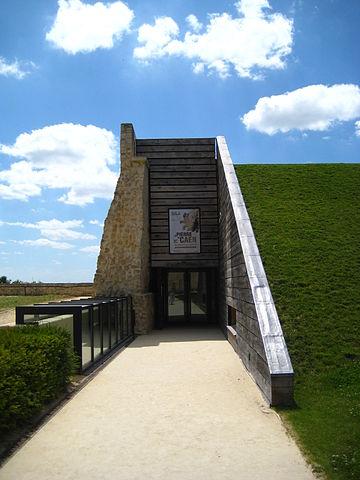 360px-Caen_château_salledesremparts_entrée
