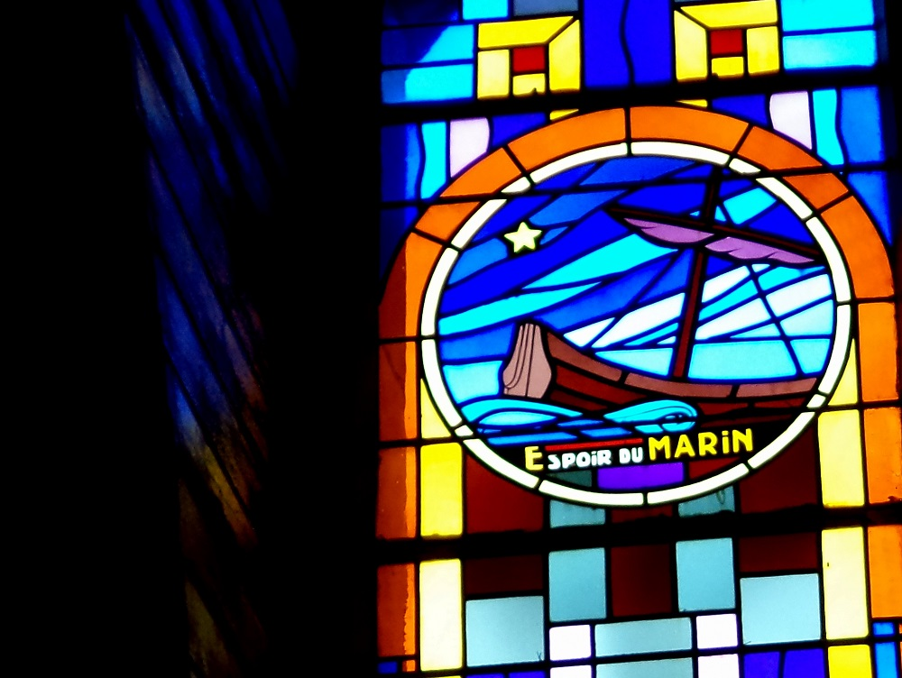 Chapelle Sainte-Thérèse de Saint-Jean-de-Monts, vitrail moderne (1960). Espoir du Marin